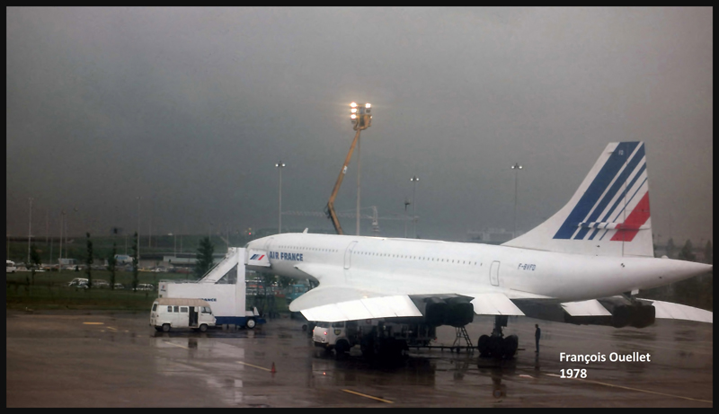 Photo du Concorde prise à partir du hublot du B747 d'Air Canada dans lequel je voyageais pour le vol Montréal-Paris en 1978. Arrivée à l'aéroport Charles-de-Gaulle en France.