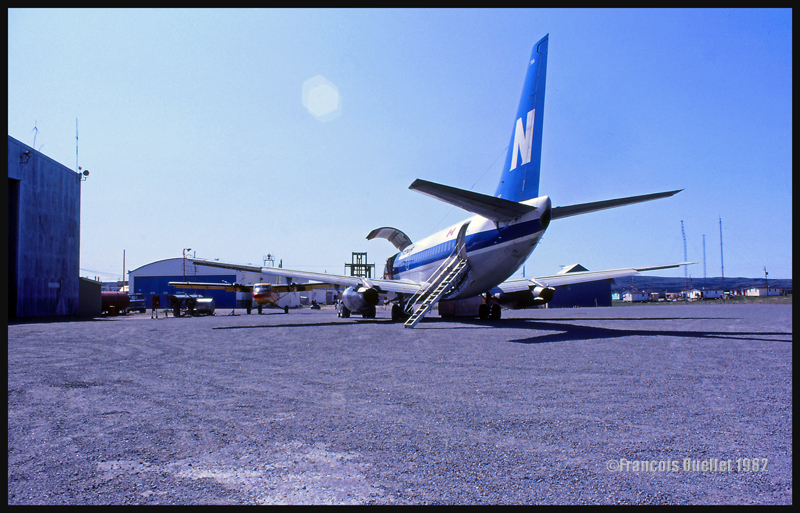 1982 Kuujjuarapik. Un Boeing B737 de Nordair au premier plan et un Twin Otter d'Austin Airways à l'arrière-plan.