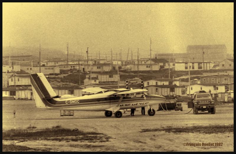 Le Twin Otter C-GMDC de la compagnie Air Inuit refait le plein de carburant à Inukjuak en 1982