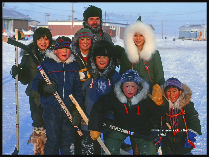 Joueurs de hockey du village de Inukjuak en 1982