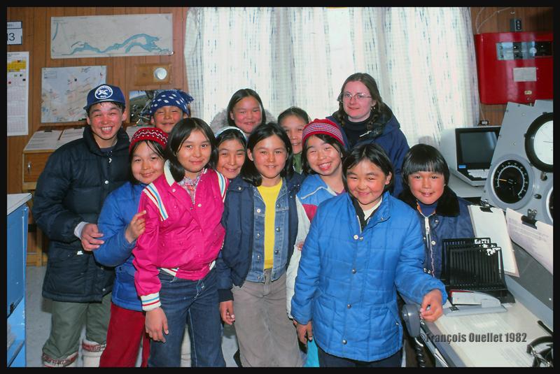 Des enfants du village visitent la station d'information de vol de Inukjuak en 1982.