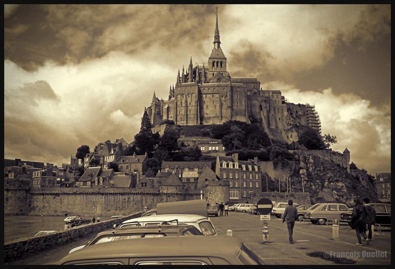 Des nuages cumuliformes ajoutent du dynamisme à cette scène de l'Abbaye du Mont St-Michel (1978)