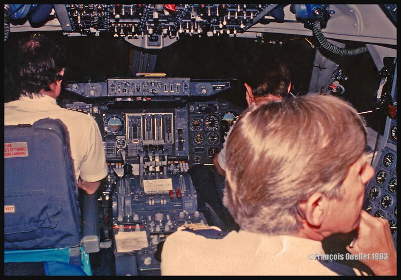 Vue du cockpit et de l'équipage d'un B747 de KLM, sur un vol de Montréal vers Amsterdam (EHAM). La photo a été prise alors que l'aéronef se trouve à mi-chemin au-dessus de l'Atlantique en 1983.