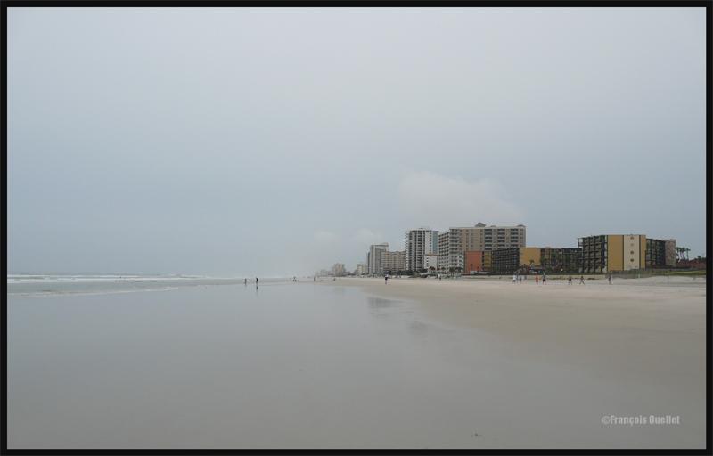 Daytona Beach sous un couvert de stratus en 2011. En cette fin d'après-midi, l'air frais arrivant de la mer passe au-dessus du sol qui a été réchauffé durant la journée. Cela aide à la formation des quelques cumulus fractus isolés près des bâtiments.