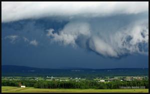Un nuage arcus en rouleau en formation près de l'aéroport Jean-Lesage de Québec en 2012