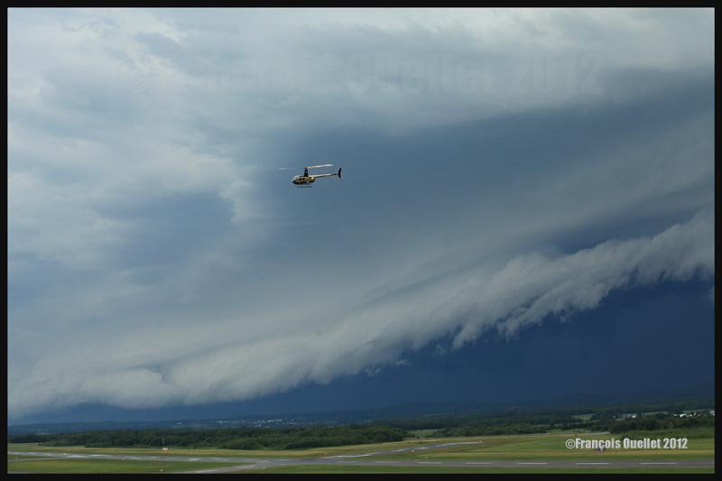 Un nuage arcus en rouleau en formation devant un orage approchant de l'aéroport Jean-Lesage de Québec en 2012