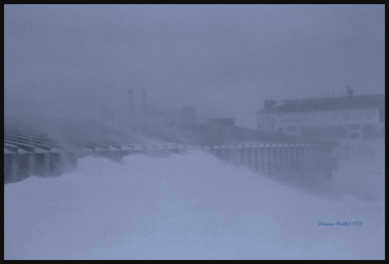À cause des vents, la neige s'accumulait parfois jusqu'au toit de la station d'information de vol d'Inukjuak