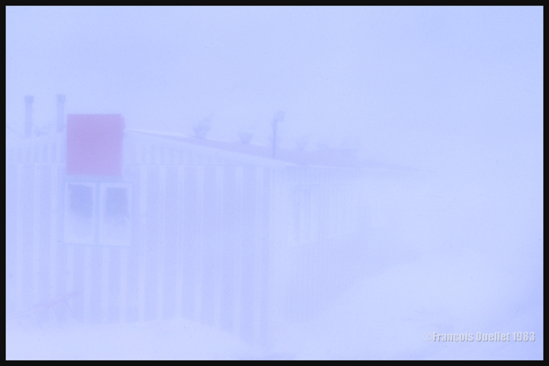 Le carré rouge était utile pour aider les employés à retrouver un bâtiment durant un blizzard à Inukjuak
