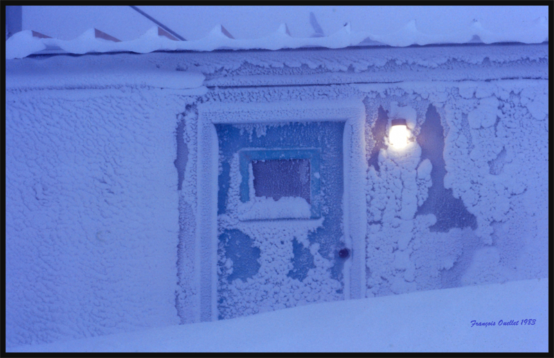 Il fallait parfois creuser dans la neige pour atteindre la porte et entrer dans la station d'information de vol de Inukjuak