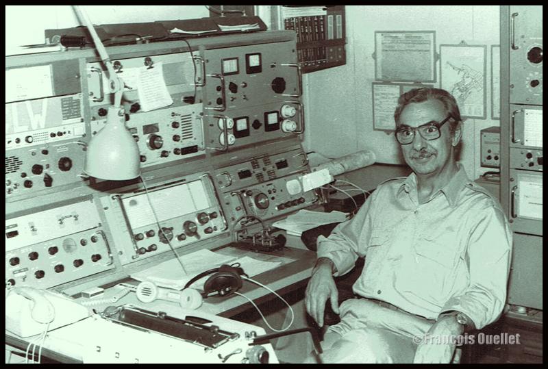 Un opérateur radio à bord d'un navire ancré au large de Inukjuak vers 1982