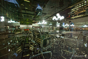 Photographie de rue: réflexion de nuit à Montréal