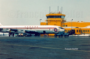 Un Boeing B-707 des Forces Armées du Canada stationné devant la tour de la station d'information de vol d'Iqaluit