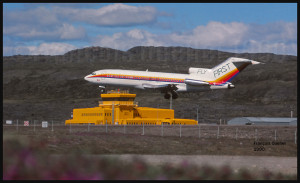 La tour de la station d'information de vol d'Iqaluit, avec en avant-plan un Boeing B-727 de First Air à l'atterrissage piste 36 (1990)