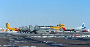 Sur cette photo, six CF-18 du Canada, un Lockheed Electra L-188 pour la patrouille des glaces, un Dash-7 et un T-33, stationnés à Iqaluit.