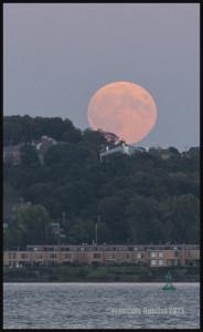 Lune de sang du 27 septembre 2015. Photo prise à partir de la Promenade Champlain de la Ville de Québec, avec un Canon 5D MKII.