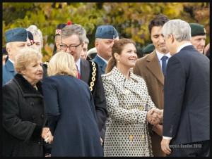 Sophie Grégoire-Trudeau et Stephen Harper se serrent la main lors de la cérémonie en l'honneur de Nathan Cirillo et Patrick Vincent au Monument Commémoratif de guerre du Canada à Ottawa le 22 Octobre 2015