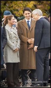 Première poignée de main entre le nouveau Premier ministre désigné Justin Trudeau et le Premier ministre sortant Stephen Harper au Monument commémoratif de guerre du Canada à Ottawa, le 22 Octobre 2015
