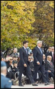 Des membres de la famille de Nathan Cirillo derrière Justin Trudeau et Stephen Harper à Ottawa, 22 Octobre 2015