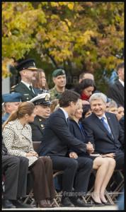 Seconde poignée de main entre le nouveau Premier ministre désigné Justin Trudeau et le Premier ministre sortant Stephen Harper au Monument commémoratif de guerre du Canada à Ottawa le 22 Octobre 2015