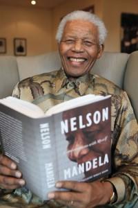"""Nelson Mandela et son livre """"Conversations with Myself"""", image extraite du site web www.nelsonmandela.org le 5 Janvier 2016"""