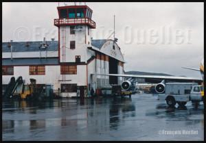 L'aile d'un DC-8 de Trans Ocean Airlines entre en contact avec un hangar à Iqaluit