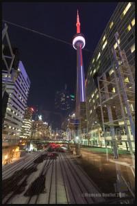 Tour du CN et voie ferrée durant la nuit. Toronto, Ontario (2016)