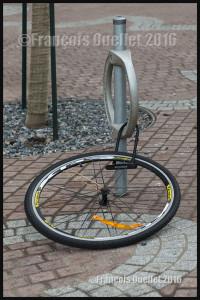 Photographie de rue à Toronto: ce qui reste d'un vélo qui était cadenassé.