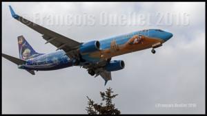 Westjet Boeing 737-8CT C-GWSV peinture Disneyland en approche à Toronto 2016