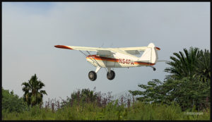 Un Piper Pacer virtuel au décollage de la piste courbée d'Ononge (ONB) en Papouasie-Nouvelle Guinée PNG (FSX)