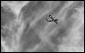 Photo noir et blanc du CL-415 C-GQBG fabriqué par Bombardier et survolant la Ville de Québec en 2015