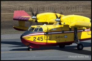 Le CL-415 numéro 245 du Gouvernement du Québec circule à l'aéroport international Jean-Lesage de Québec pour un décollage vers Fort McMurray en Alberta pour aider à combattre les feux de forêt hors de contrôle dans cette province en 2016.