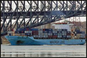 Le navire porte-conteneurs Maersk Pembroke passant le Pont de Québec, mai 2016