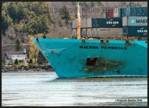 Le navire porte-conteneurs Maersk Pembroke sur le fleuve St-Laurent près de la Ville de Québec, mai 2016