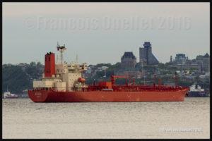 Le navire Mayaro (Tokyo) et le Château Frontenac de Québec en arrière-plan. Photo prise en 2016 avec un appareil-photo Canon 5DSR