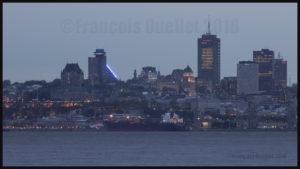 Le navire Laurentia Desgagnés devant la Ville de Québec lors d'une soirée de mai 2016