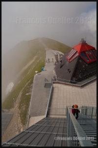 Escalier métallique menant au poste d'observation au sommet du Moléson, région de Gruyères, Suisse 2013