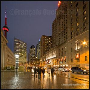 La tour du CN de Toronto en soirée, hiver 2016