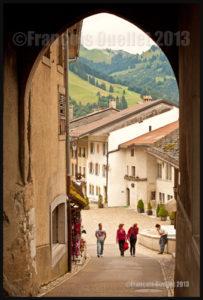 Photo prise de l'intérieur de la ville médiévale de Gruyères, Suisse, en 2013