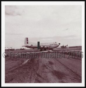 Avion Globe Master C-124 du Military Transport Air Service (U.S. Air Force) à Frobisher Bay, NWT, Canada en 1955 pour le service de la ligne Pinetree durant la guerre froide.