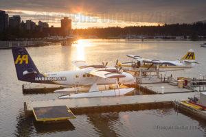 Twin Otter sur flotteurs C-GQKN et Turbo Otter C-FODH de la compagnie Harbour Air au moment d'un coucher de soleil dans la port de Vancouver durant l'été 2016