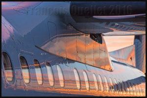 Couleurs d'un coucher de soleil se reflétant sur un Bombardier Q-400 d'Air Canada à Toronto