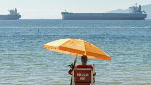 Un sauveteur s'assure que les bateaux ne couleront pas...