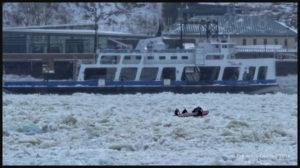 L'équipe de canot sur glace du Château Frontenac au travail par -18 C sur le fleuve St-Laurent entre Lévis et Québec.