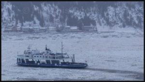 Traversier du gouvernement du Québec se frayant un chemin dans les glaces entre Lévis et Québec durant l'hiver 2018.