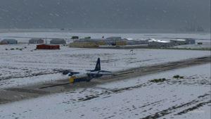 Décollage du Lockheed C-130 Hercules des Blue Angels de l'aéroport canadien de High River (CEN4) en Alberta.
