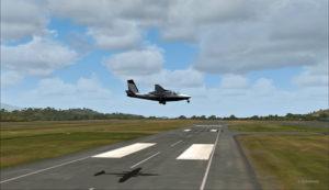 Le Shrike Commander 500S en approche à travers les pistes de l'aéroport de Port Moresby Jacksons. Les vents soufflent du 240 degrés à 50G60.