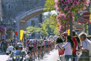 Grand Prix Cycliste Québec 2018. Les cyclistes passent sous la porte St-Jean.