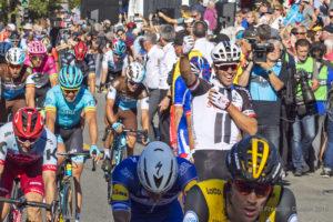 Grand Prix Cycliste Québec 2018. Le gagnant Michael Matthews, de l'équipe Sunweb, lève le poing.