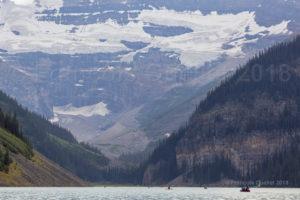 Des canotiers profitent de la beauté du paysage de Lake Louise en Alberta en 2018.