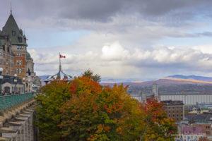 Une vue d'une partie du Château Frontenac et des montagnes en arrière-plan durant l'automne 2018.